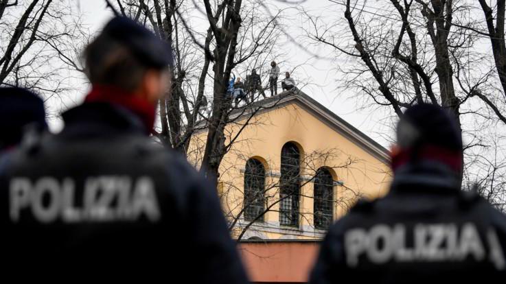 Coronavirus, rivolta in 22 carceri da nord a sud: 6 morti ed evasi