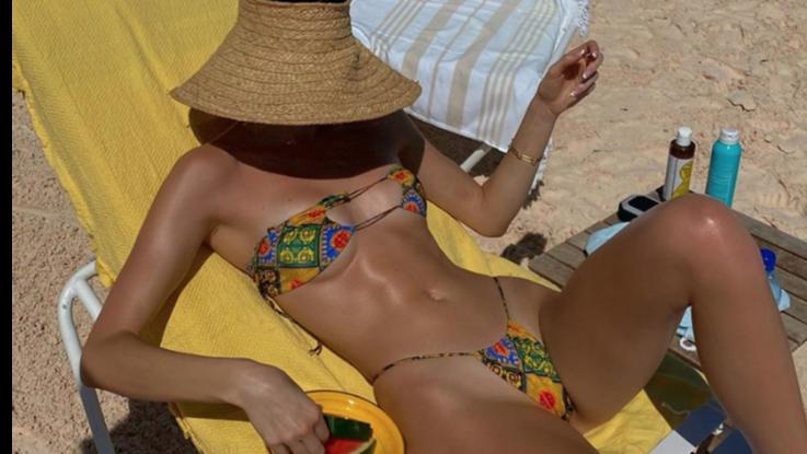 Kendall Jenner, al sole copre il volto e scopre mini bikini