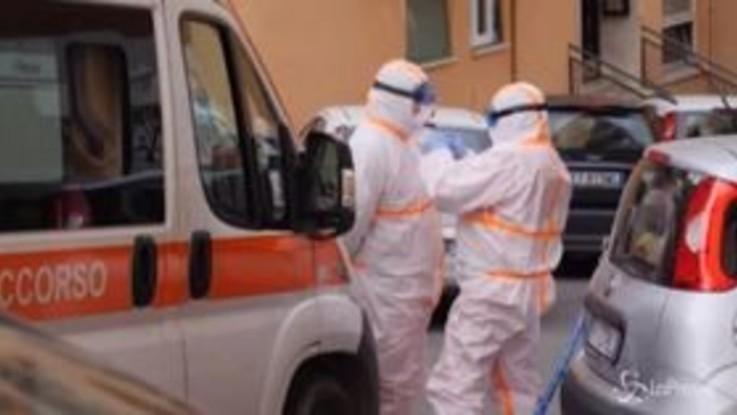 Roma, operatori sanitari in azione per soccorrere un caso sospetto di coronavirus