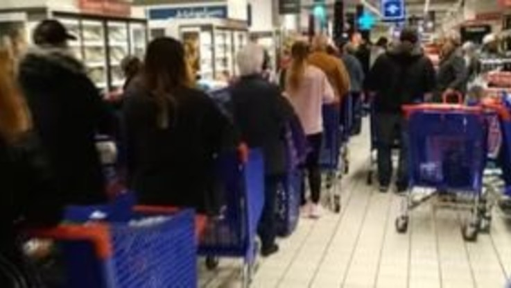 Coronavirus, anche a Madrid presi d'assalto supermercati e mercati