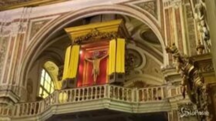 Coronavirus, il Crocifisso miracoloso esposto nella Basilica del Carmine di Napoli