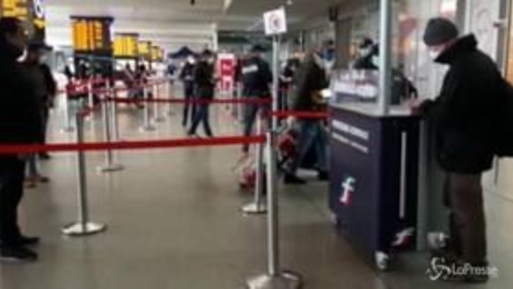 Coronavirus: ancora tanta gente alla stazione di Roma Termini