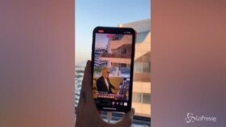 Coronavirus, Andrea Bocelli canta dal balcone di casa Ferragnez in collegamento con Fedez