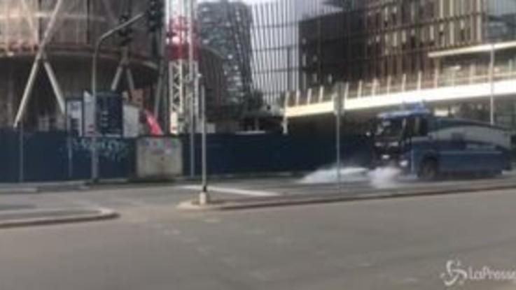 Coronavirus, gli idranti della Polizia di Stato sanificano le strade di Milano