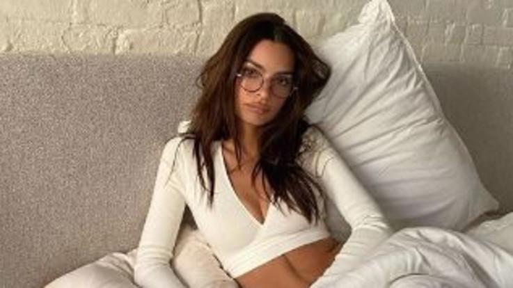 Emily Ratajkowski, il sex appeal non va in quarantena: il décolléte fa impazzire Instagram