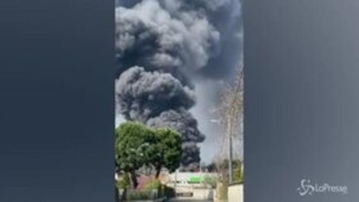 Varese, incendio in azienda materiale plastico a Gallarate