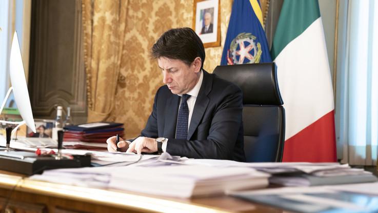 Coronavirus, Conte firma il nuovo DPCM: stop attività non essenziali