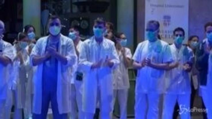 Coronavirus, Spagna, 4000 operatori sanitari contagiati. Il tributo corale nelle strade del Paese VIDEO