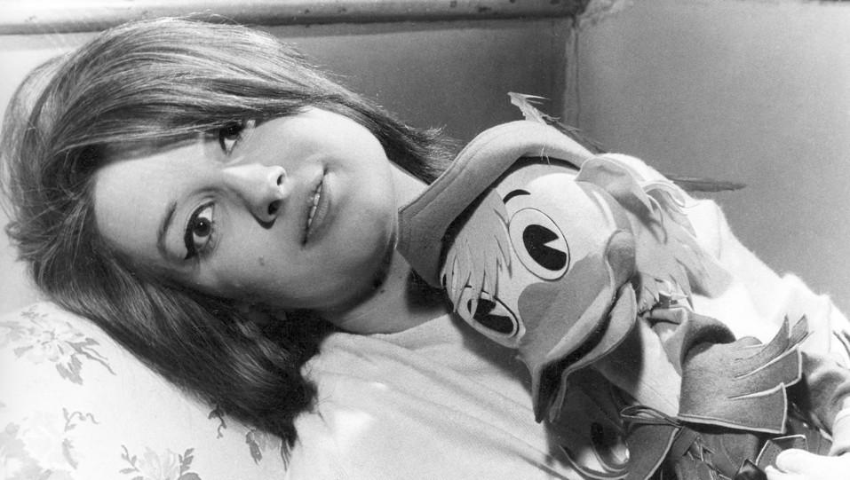 Anni '50,  Mina con un pupazzo di Paperino ©