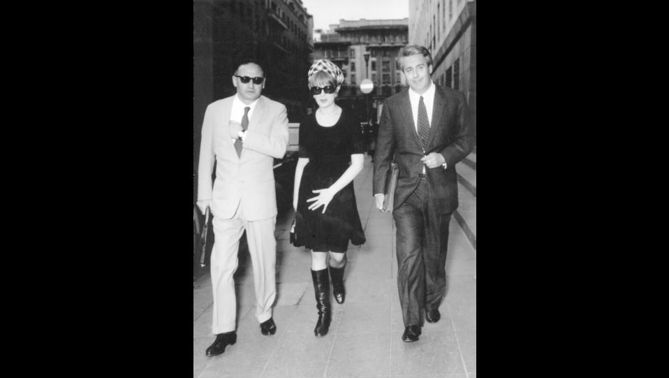 01-05-1966 - Mina con l'avvocato Renato D'Auria mentre si reca in tribunale ©