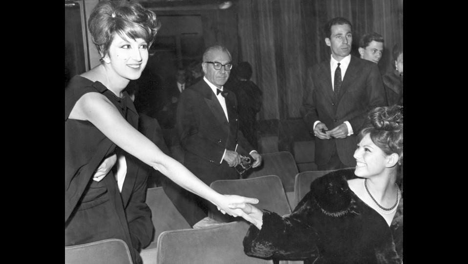 18-12-1961 - Mina saluta Claudia Cardinale al teatro Quirino ©