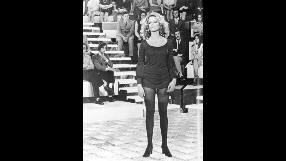Anni '60 - Mina con la minigonna, è stat una delle prime ad usarla in Italia ©