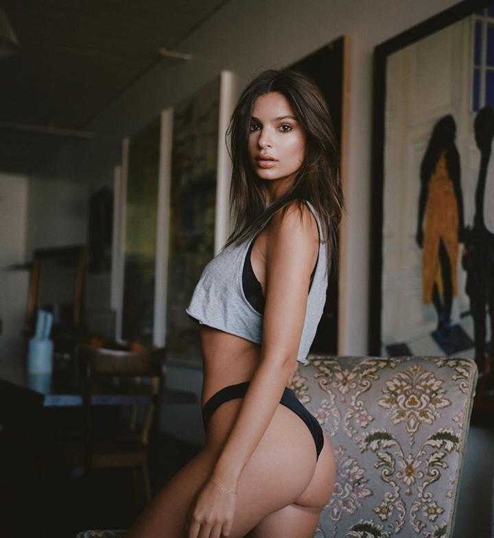 Sexy quarantena per Emily: il lato b (d'archivio) è indimenticabile