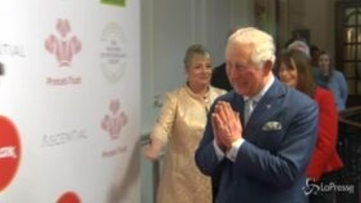 Coronavirus, il principe Carlo saluta con una stretta di mano ma poi si corregge