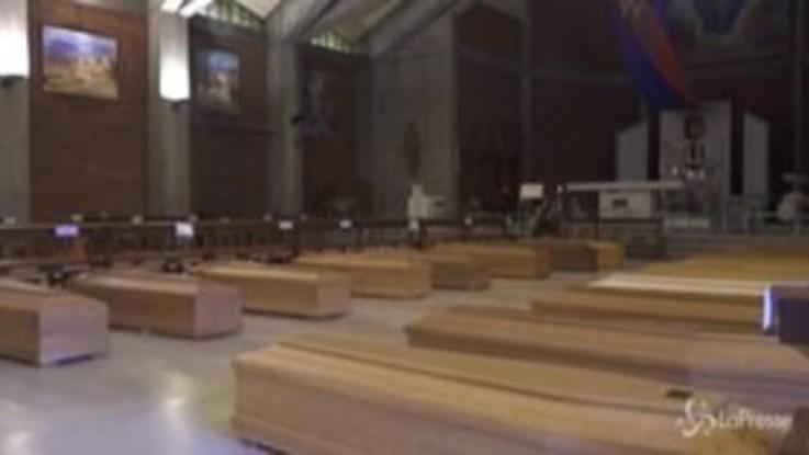 """Coronavirus, la chiesa di Seriate accoglie 80 bare. Il parroco trattiene le lacrime: """"Dove sei Signore?"""""""