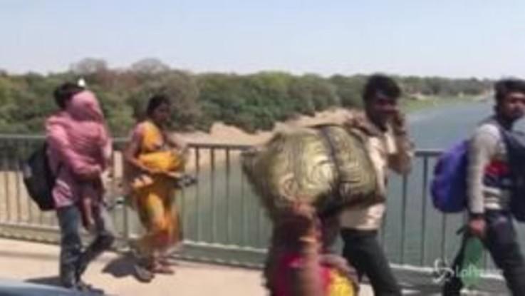 Coronavirus, India: l'esodo verso i villaggi natali di milioni di lavoratori