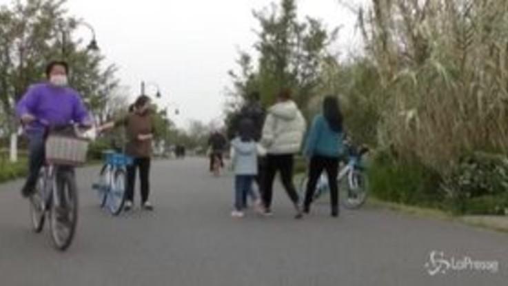 Coronavirus, a Wuhan anche i parchi si ripopolano di gente