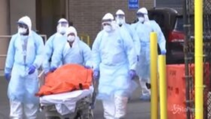 Coronavirus, New York: i corpi trasportati per strada e stipati su camion frigo