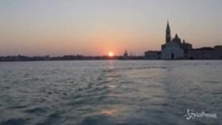 Coronavirus, viaggio tra i canali di una Venezia deserta