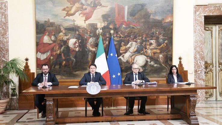 Coronavirus, Conte: approvato Decreto Liquidità, fondi garantiti per 400 miliardi alle imprese