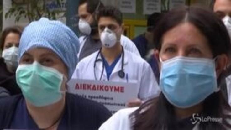 Grecia, gli operatori sanitari protestano contro le carenze di organico