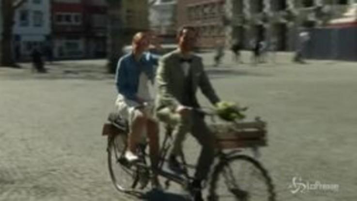Gli sposi, un tandem e il brindisi: ecco un matrimonio in Germania ai tempi del coronavirus