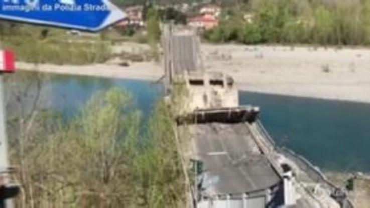 Massa, crolla ponte sul fiume Magra ad Aulla: coinvolti due furgoni, un ferito