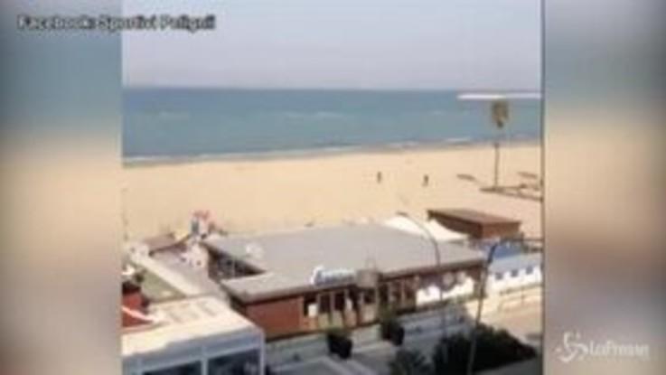 Pescara, corre sulla spiaggia e semina il carabiniere che lo insegue
