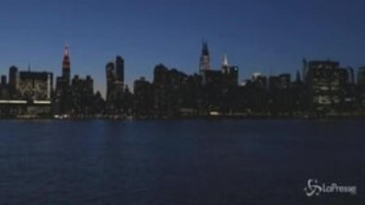 Coronavirus, New York si accende di notte per omaggiare chi combatte l'epidemia