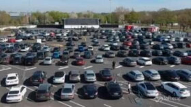 Germania, tutti in macchina al drive-in per la messa del venerdì santo