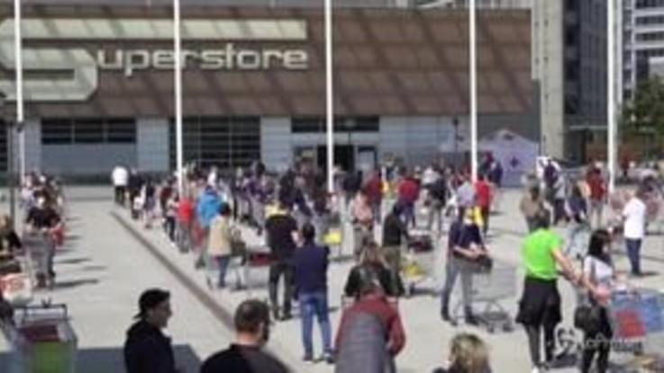 Coronavirus, a Milano lunghe code davanti ai supermercati per la spesa di Pasqua