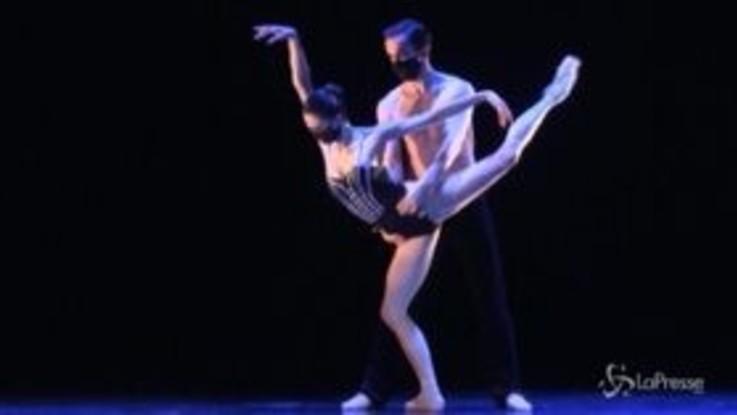 Rep. Ceca, il balletto nazionale si esibisce con le mascherine nel teatro vuoto