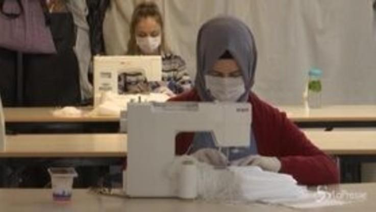 Turchia, gli insegnanti producono mascherine