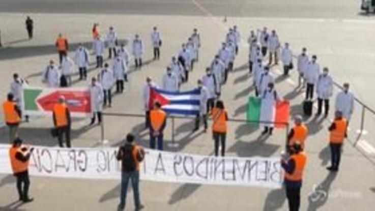Coronavirus, l'arrivo dei 38 medici cubani all'aeroporto di Torino Caselle