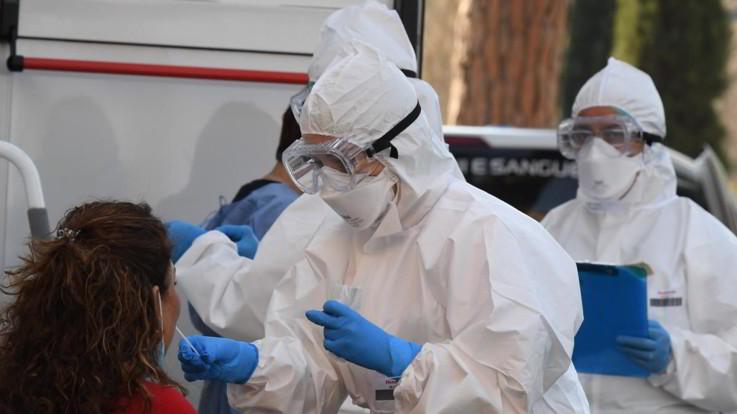 Coronavirus, in Italia calano i contagi ma tornano ad aumentare i morti