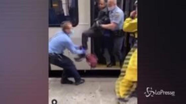 Usa: uomo senza mascherina trascinato a forza giù da un bus da 10 poliziotti