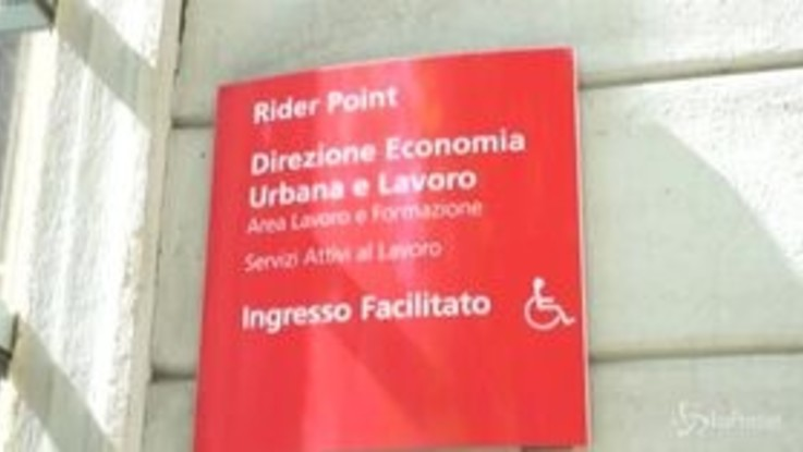 Coronavirus, il comune di Milano distribuisce mascherine e guanti ai rider