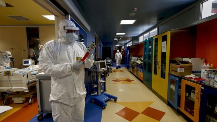 Coronavirus, i nuovi dati: lieve calo dei morti, si liberano posti in terapia intensiva