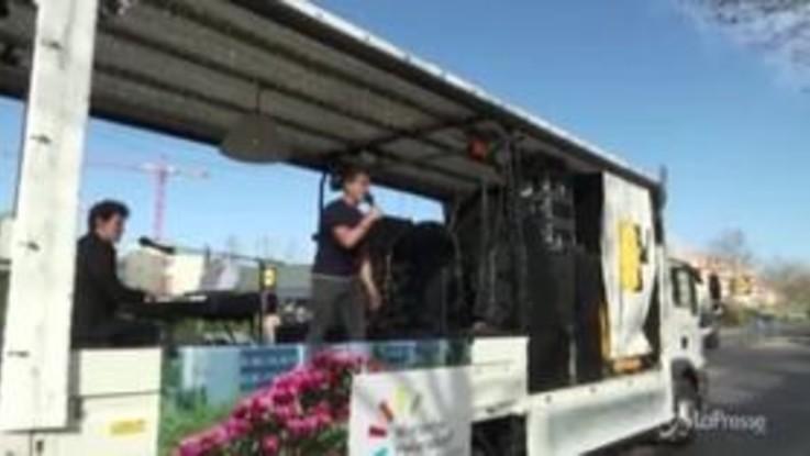 Coronavirus, girano a Berlino su un camion aperto suonando per la gente bloccata in casa