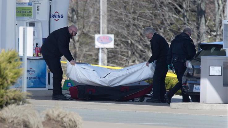 Canada, un uomo travestito da poliziotto spara: uccise 16 persone