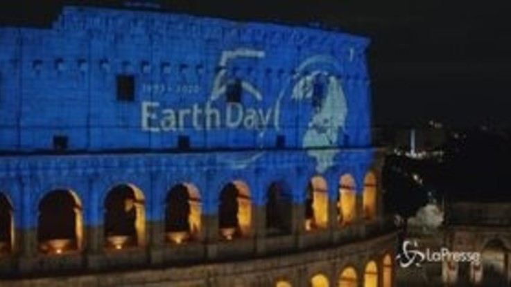 Earth day: Zucchero esegue l'inedito 'Canta la vita' in una Piazza Colosseo deserta