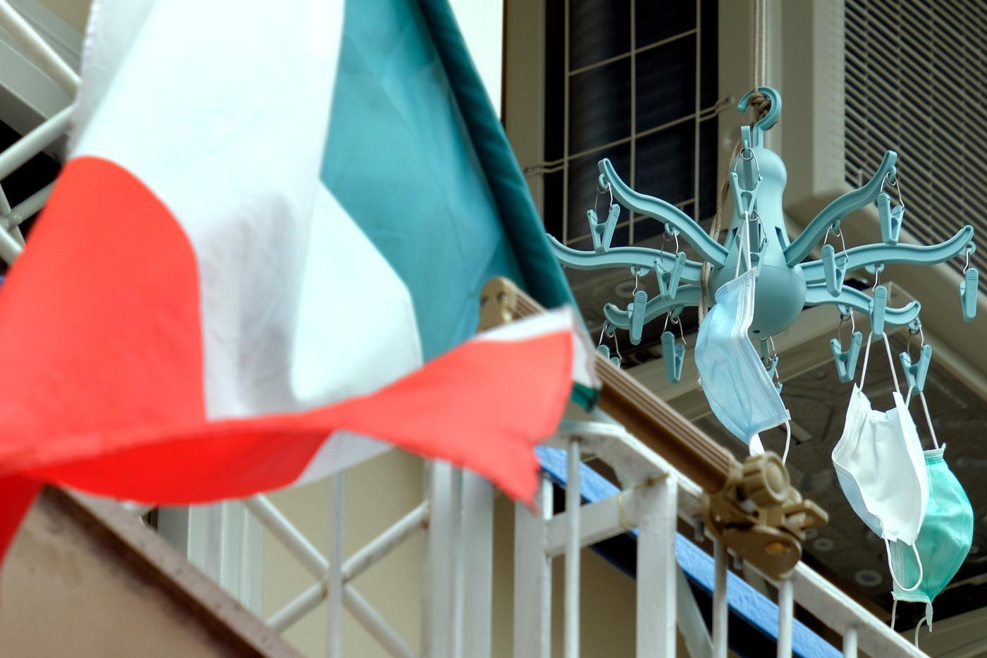 Il 25 aprile ai tempi del coronavirus: tricolore e 'Bella ciao' dal balcone