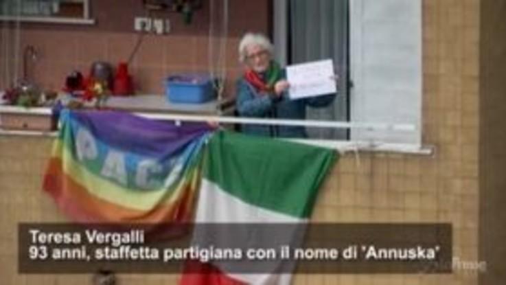 Il 25 aprile in Italia ai tempi del coronavirus, i partigiani festeggiano dai balconi