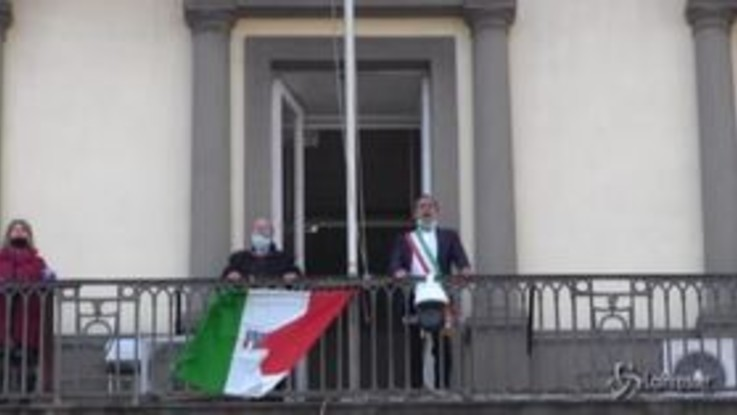 25 aprile, de Magistris canta Bella Ciao dai balconi del Comune di Napoli