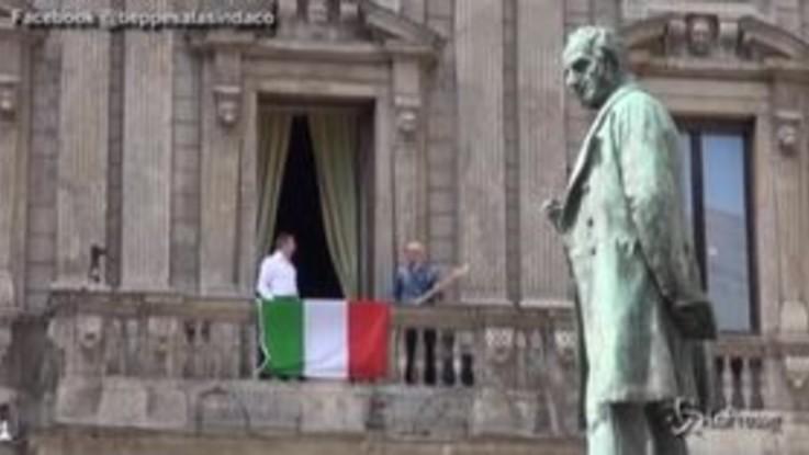 """25 aprile, Beppe Sala canta """"Bella Ciao"""" dal balcone di Palazzo Marino"""
