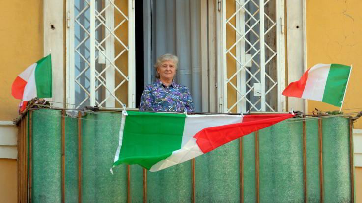 """25 aprile, Liberazione in lockdown: la piazza si sposta sui balconi, tra Tricolore e """"Bella Ciao"""""""