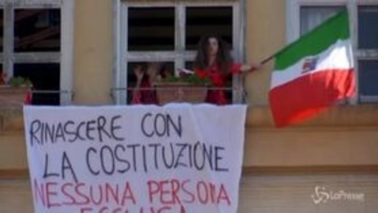 """25 aprile, la Liberazione festeggiata sui balconi tra Tricolore e """"Bella Ciao"""""""