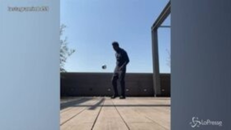 Mario Balotelli show sul balcone, il mini pallone non cade mai