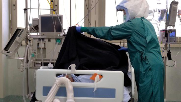 Meno di 2 mila malati in terapia intensiva ma risale il numero morti