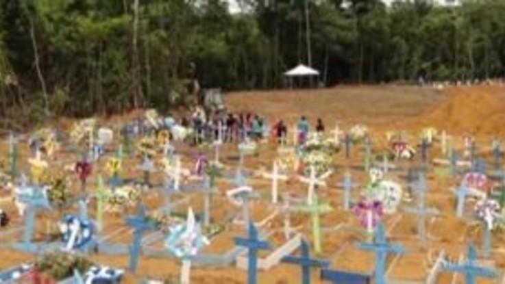 Coronavirus, aumentano i morti in Brasile: la sepoltura dei feretri a Manaus
